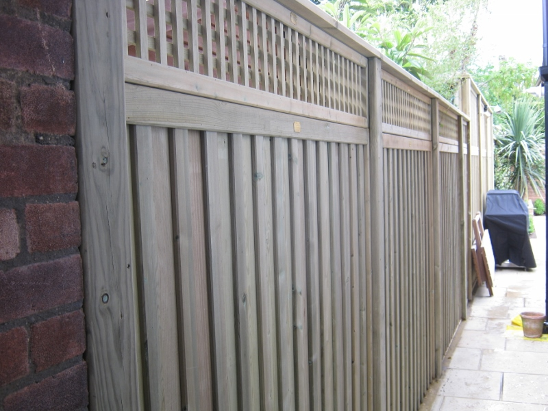 jacksons-fencing-chilem-style-with-small-holed-trellis
